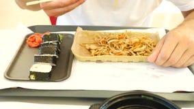 Ένα άτομο τρώει τα κινεζικά τρόφιμα σε ένα εστιατόριο γρήγορου φαγητού 4K κίνηση αργή φιλμ μικρού μήκους