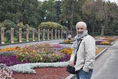 Ένα άτομο των ώριμων ετών σε ένα κρεβάτι λουλουδιών Στοκ φωτογραφίες με δικαίωμα ελεύθερης χρήσης