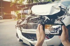 Ένα άτομο φωτογράφισε το όχημά του με την τυχαία ζημία με ένα sma στοκ φωτογραφία