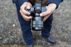 Ένα άτομο φωτογραφίζει με τη Sony άλφα Ρ ΙΙΙ Στοκ εικόνες με δικαίωμα ελεύθερης χρήσης