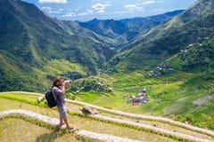 Ένα άτομο φωτογραφίζει το τοπίο Πεζούλια ρυζιού στο φιλιππινέζικο Στοκ φωτογραφία με δικαίωμα ελεύθερης χρήσης