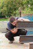 Ένα άτομο χαρακτηρίζει ένα προϊόν μετάλλων πριν από την κοπή Στοκ φωτογραφία με δικαίωμα ελεύθερης χρήσης