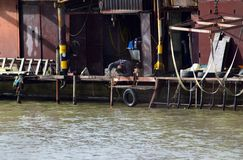 Ένα άτομο χρησιμοποιεί τη συγκόλληση στο αγρόκτημα αλιείας του στοκ εικόνα