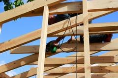 Ένα άτομο χτίζει ένα σπίτι στοκ εικόνες