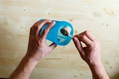 Ένα άτομο χύνει τον ορρό γάλακτος πρωτεϊνικά κουνήματα στο μπλε Η πρωτεΐνη ορρού γάλακτος, ένας υγιής τρόπος ζωής, ένα πρόσωπο χύ στοκ εικόνες με δικαίωμα ελεύθερης χρήσης