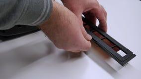 Ένα άτομο ψηφιοποιεί μια ταινία καμερών σε μια συσκευή απόθεμα βίντεο