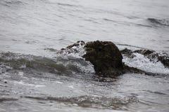 Ένα άλλο κύμα, ένας άλλος βράχος Στοκ φωτογραφία με δικαίωμα ελεύθερης χρήσης
