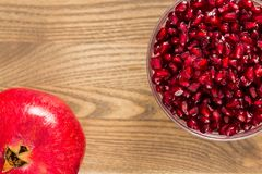 Ένα έντερο των σπόρων ροδιών εκτός από ολόκληρα φρούτα ροδιών Στοκ Φωτογραφίες