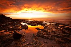 Ένα έντονο ηλιοβασίλεμα στην παραλία της Αδελαΐδα ` s Κίνγκστον Στοκ φωτογραφία με δικαίωμα ελεύθερης χρήσης