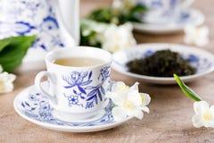 Ένα έξοχο φλυτζάνι forster από ένα stunningly όμορφο τσάι που τίθεται με ένα ευώδες πράσινο τσάι Τσάι με ένα γούστο jasmine Στοκ Εικόνες
