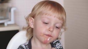 Ένα έτος oldClose επάνω χαριτωμένου κοριτσάκι δίνει το παίζοντας κοριτσάκι πνεύματος που τρώει τη σούπα Το παιδί μαθαίνει να τρώε απόθεμα βίντεο