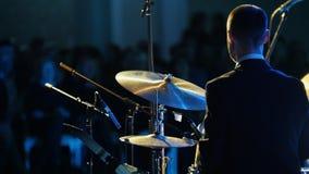 Ένα ήρεμο άτομο μουσικών στο παιχνίδι κοστουμιών παίζει τύμπανο στη συναυλία τζαζ υποστηρίξτε την όψη φιλμ μικρού μήκους