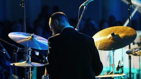 Ένα ήρεμο άτομο μουσικών στο παιχνίδι κοστουμιών παίζει τύμπανο στη συναυλία τζαζ απόθεμα βίντεο