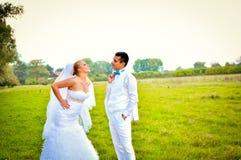 Ένα δίκαιο παντρεμένο ζευγάρι, στη φύση Στοκ Φωτογραφία