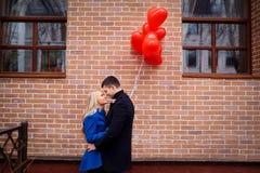 Ένα αγαπώντας ζεύγος με κόκκινα ballons καρδιών Στοκ εικόνα με δικαίωμα ελεύθερης χρήσης