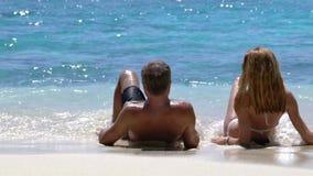 Ένα αγαπώντας ζεύγος που απολαμβάνει τις διακοπές σε μια τροπική παραλία κίνηση αργή απόθεμα βίντεο