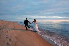 Ένα αγαπώντας ζεύγος που περπατά από την παραλία στοκ εικόνα