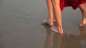 Ένα αγαπώντας ζεύγος που περπατά στην παραλία απόθεμα βίντεο