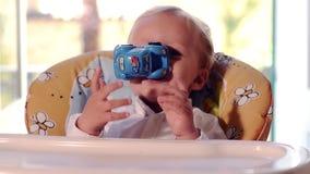 Ένα αγοράκι και το αυτοκίνητο παιχνιδιών του απόθεμα βίντεο