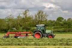 Ένα αγροτικό τρακτέρ με την τσουγκράνα αλλαγής βάρδιας έτοιμη να κάνει το χορτάρι Στοκ φωτογραφία με δικαίωμα ελεύθερης χρήσης