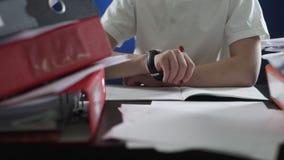 Ένα αγόρι γράφει σε ένα copybook φιλμ μικρού μήκους