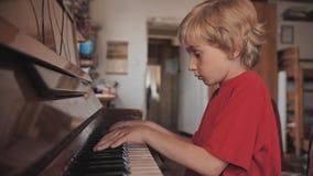 Ένα αγόρι επτά παιχνιδιών το πιάνο στο σπίτι φιλμ μικρού μήκους