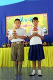 Ένα αγόρι και ένα κορίτσι κρατούν ότι διακοσμήστε το δίσκο βάθρων στοκ εικόνες
