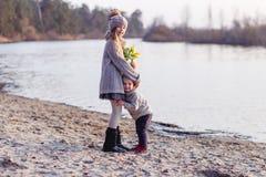 Ένα αγόρι και ένα κορίτσι που έχουν τη διασκέδαση έξω την πρώιμη άνοιξη στο δάσος κοντά στο νερό Μια αδελφή και brothe από κοινού στοκ εικόνες