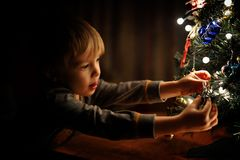 Ένα αγόρι και ένα χριστουγεννιάτικο δέντρο στοκ εικόνες