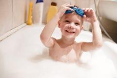 Ένα αγόρι κολυμπά Στοκ φωτογραφίες με δικαίωμα ελεύθερης χρήσης