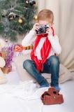 Ένα αγόρι με μια αναδρομική κάμερα φωτογραφιών στοκ εικόνες