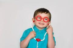 Ένα αγόρι με τα γυαλιά λίγος γιατρός Στοκ Φωτογραφία
