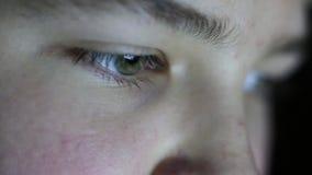 Ένα αγόρι με τα πράσινα μάτια εξετάζει το όργανο ελέγχου απόθεμα βίντεο