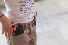 Ένα αγόρι με το πυροβόλο όπλο παιχνιδιών Στοκ φωτογραφίες με δικαίωμα ελεύθερης χρήσης