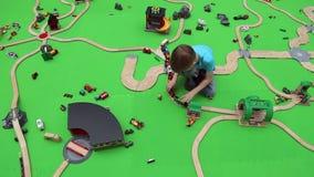 Ένα αγόρι παίζει στην εκπαιδευτική παιδική χαρά των παιδιών απόθεμα βίντεο