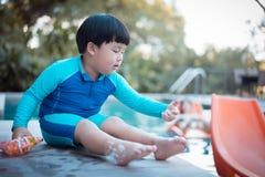 Ένα αγόρι παίζει το αγόρι πυροβόλων όπλων φυσαλίδων παίζει το πυροβόλο όπλο φυσαλίδων η λίμνη Στοκ εικόνες με δικαίωμα ελεύθερης χρήσης
