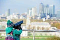 Ένα αγόρι που εξετάζει το θεατή πύργων στο Λονδίνο από το πάρκο του Γκρήνουιτς Στοκ Φωτογραφία