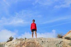 Ένα αγόρι που φορά τα γυαλιά ηλίου Στοκ εικόνες με δικαίωμα ελεύθερης χρήσης
