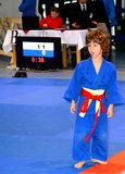 Ένα αγόρι σε έναν εθνικό διαγωνισμό του τζούντου Εθνική σημαία της Ρουμανίας, μπλε, κίτρινος, κόκκινο Στοκ εικόνα με δικαίωμα ελεύθερης χρήσης