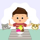 Ένα αγόρι σε μια κόκκινη μπλούζα κάθεται σε έναν πίνακα και τρώει το παγωτό Η γάτα και το σκυλί προσέχουν διανυσματική απεικόνιση