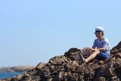 Ένα αγόρι σε μια ριγωτή μπλούζα και μια ΚΑΠ Στοκ φωτογραφία με δικαίωμα ελεύθερης χρήσης