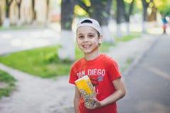 Ένα αγόρι στην οδό στοκ εικόνα