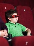Ένα αγόρι στην τρισδιάστατη κινηματογραφική αίθουσα Στοκ φωτογραφία με δικαίωμα ελεύθερης χρήσης