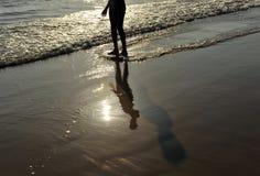 Ένα αγόρι στη πλευρά Ballena, επαρχία του Καντίζ, Ισπανία παραλιών Στοκ Εικόνα