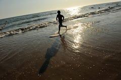 Ένα αγόρι στη πλευρά Ballena, επαρχία του Καντίζ, Ισπανία παραλιών Στοκ φωτογραφία με δικαίωμα ελεύθερης χρήσης