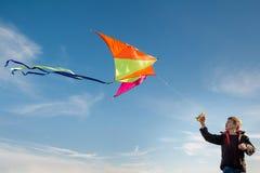 Ένα αγόρι 10 χρονών με έναν ικτίνο ενάντια στον ουρανό r Πτήση στοκ εικόνες