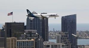 Ένα αεριωθούμενο αεροπλάνο της Αλάσκας στην προσέγγιση στο Σαν Ντιέγκο Στοκ φωτογραφία με δικαίωμα ελεύθερης χρήσης