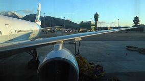 Ένα αεροπλάνο έτοιμο να πετάξει στο διεθνή αερολιμένα του Χογκ Κογκ φιλμ μικρού μήκους