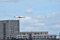 Ένα αεροπλάνο είναι έτοιμο να προσγειωθεί Στοκ Εικόνες