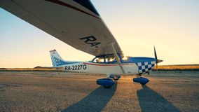 Ένα αεροπλάνο που κινείται σε ένα υπόβαθρο ηλιοβασιλέματος, πλάγια όψη απόθεμα βίντεο